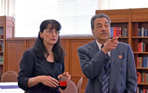 Former president Rodolfo Arévalo points out different faculty members to incoming president Dr. Mary Cullinan (2014)