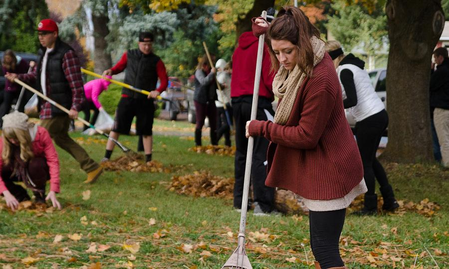 Hannah+Gunderson%2C+an+EWU+sophomore+and+member+of+Gamma+Phi+Beta+sorority%2C+volunteers+at+the+%22Rake+a+Difference%22+event+on+Oct.+28.