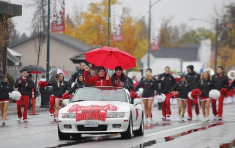 Homecoming parade gathers large turnout despite the rain