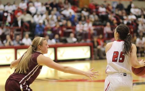Women's basketball splits road pair