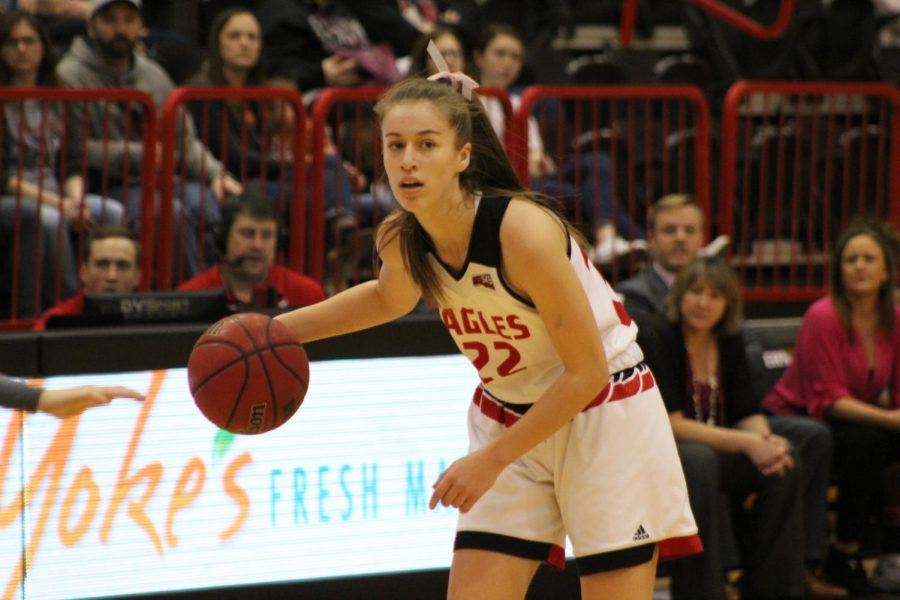 Freshman+guard+Brittany+Klaman+surveys+the+Portland+State+defense+on+Feb.+3.+Klaman+had+seven+points%2C+three+assists+and+two+rebounds+in+the+team%27s+loss+to+Idaho+on+Feb.+9+%7C+Mckenzie+Ford+for+The+Easterner