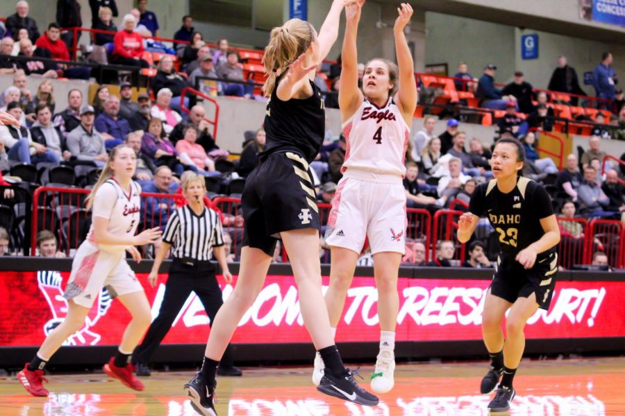 EWU+sophomore+point+guard+Jessica+McDowell-White+rises+up+for+a+midrange+jumper+against+Idaho.+EWU+lost+to+Idaho+75-46+Thursday.
